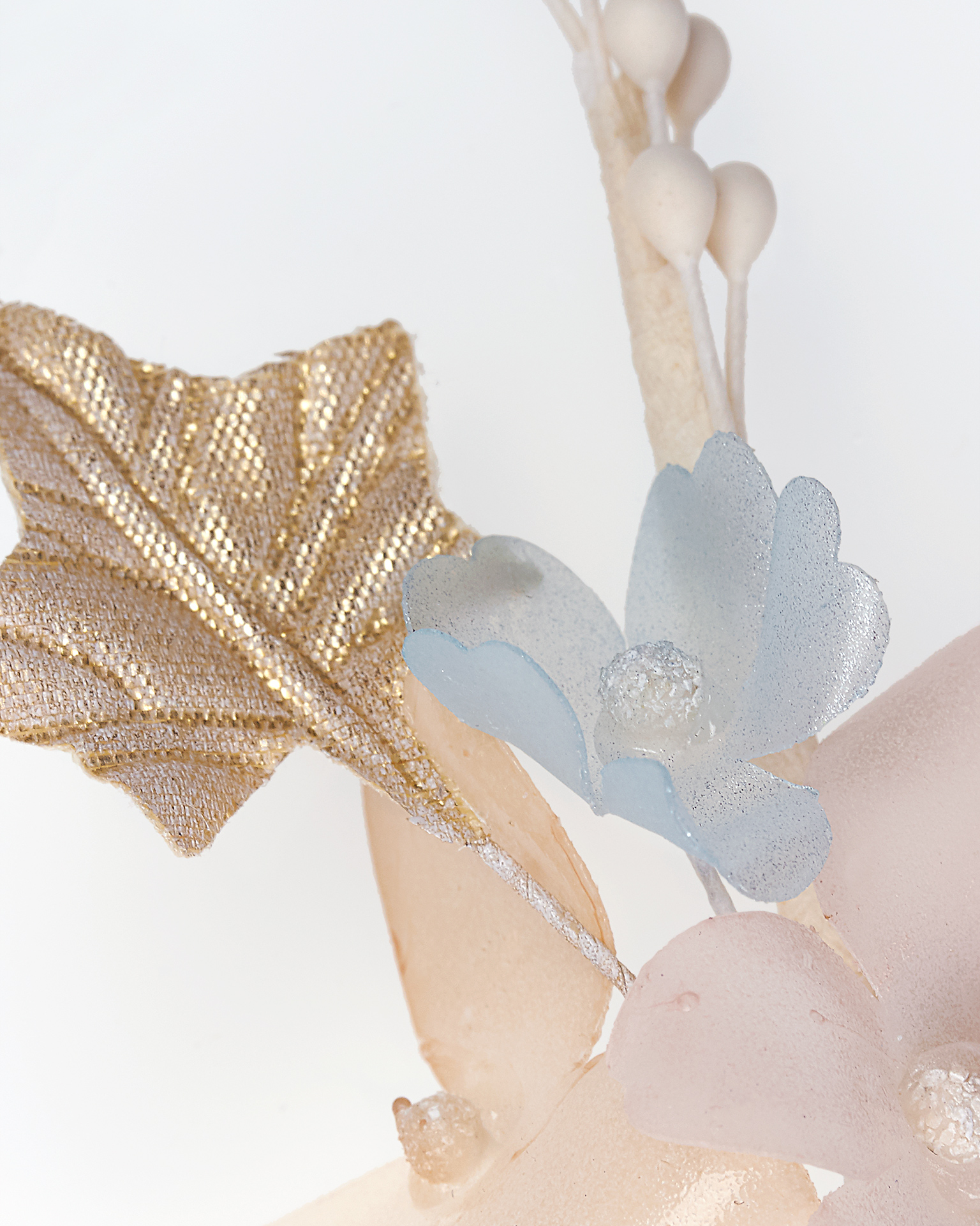 Long polyvinyl and garza bridal hairpin, in pink/blue/gold (2 units). 2018  Collection.