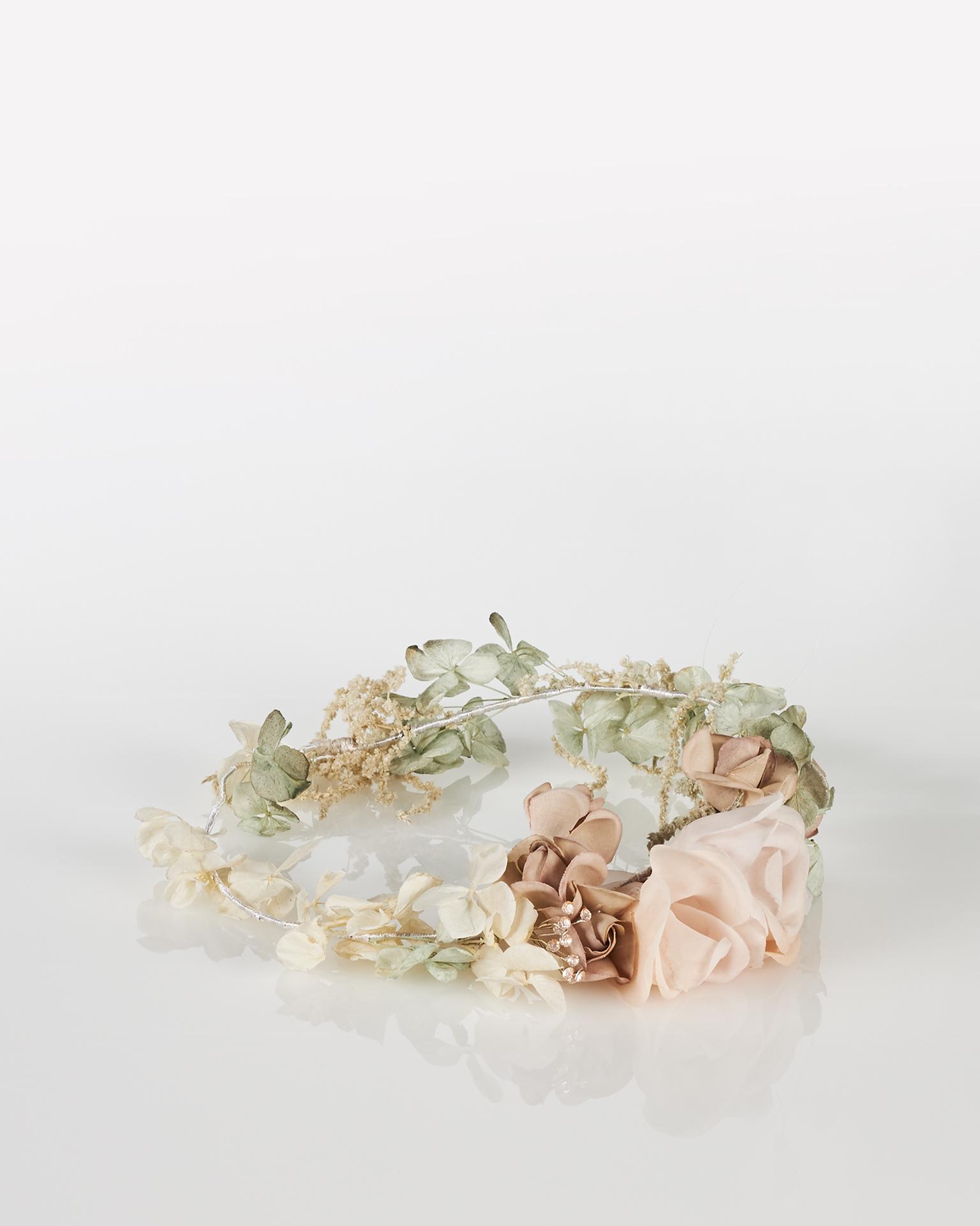 Tocado corona de novia en organza y adorno de cristal, multicolor. Colección  2018.