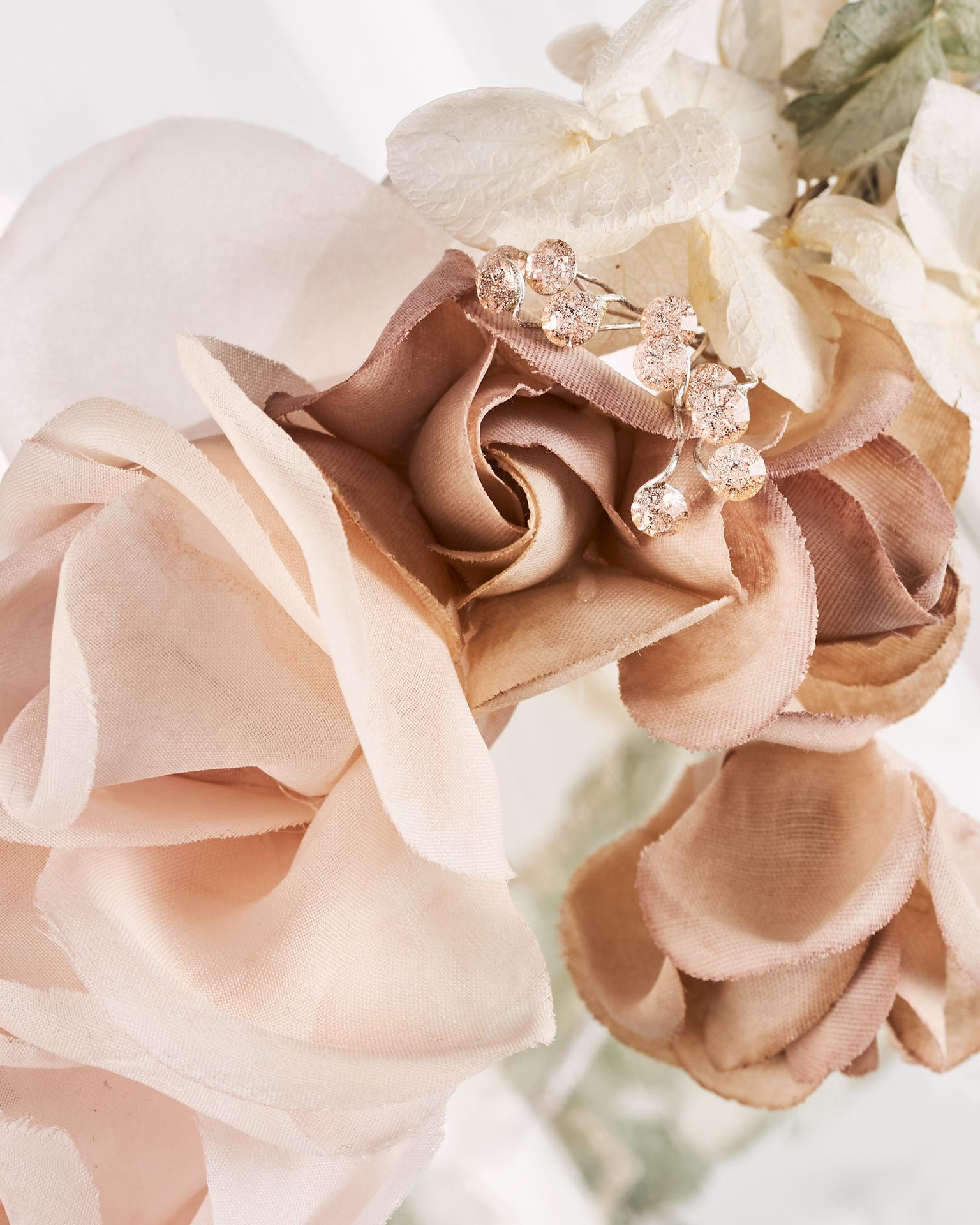 Coiffe couronne de mariée en organdi, ornée de cristal, multicolore. Collection  2018.