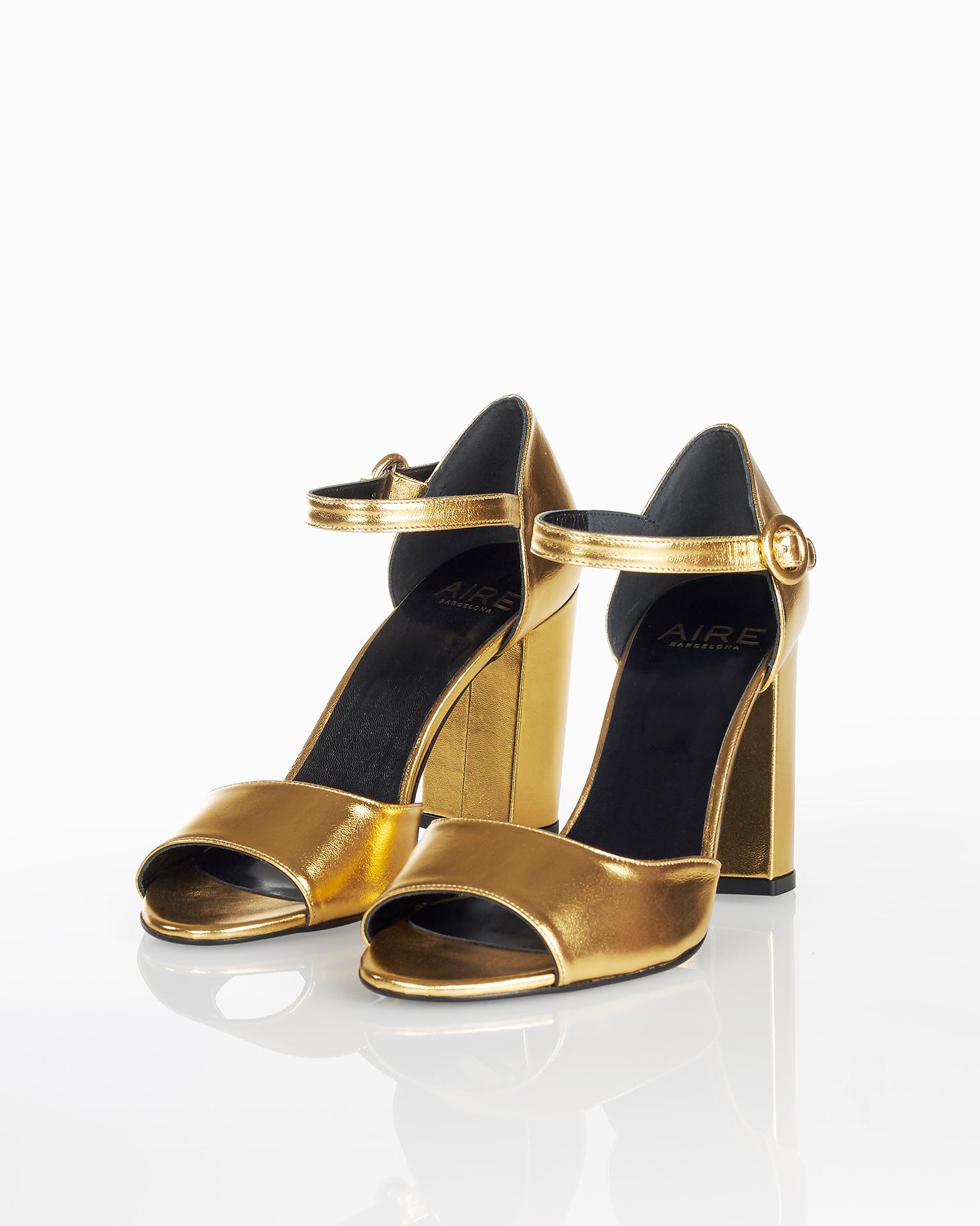 封闭式中跟皮革鸡尾酒会凉鞋,有土黄色和金色可选。 FIESTA AIRE BARCELONA 新品系列 2018.