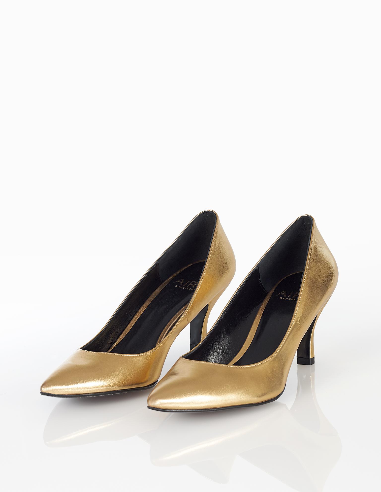 Sapatos de cocktail estilo baile, de pele com salto baixo, disponíveis em dourado e cor de duna. Coleção FIESTA AIRE BARCELONA 2018.