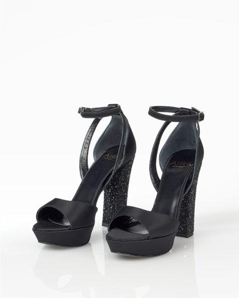 Cocktail-Sandalette aus Satin mit Strassbesatz, Absatz 90 mm, erhältlich in Schwarz, Bleigrau und Marineblau. Kollektion FIESTA AIRE BARCELONA 2018.
