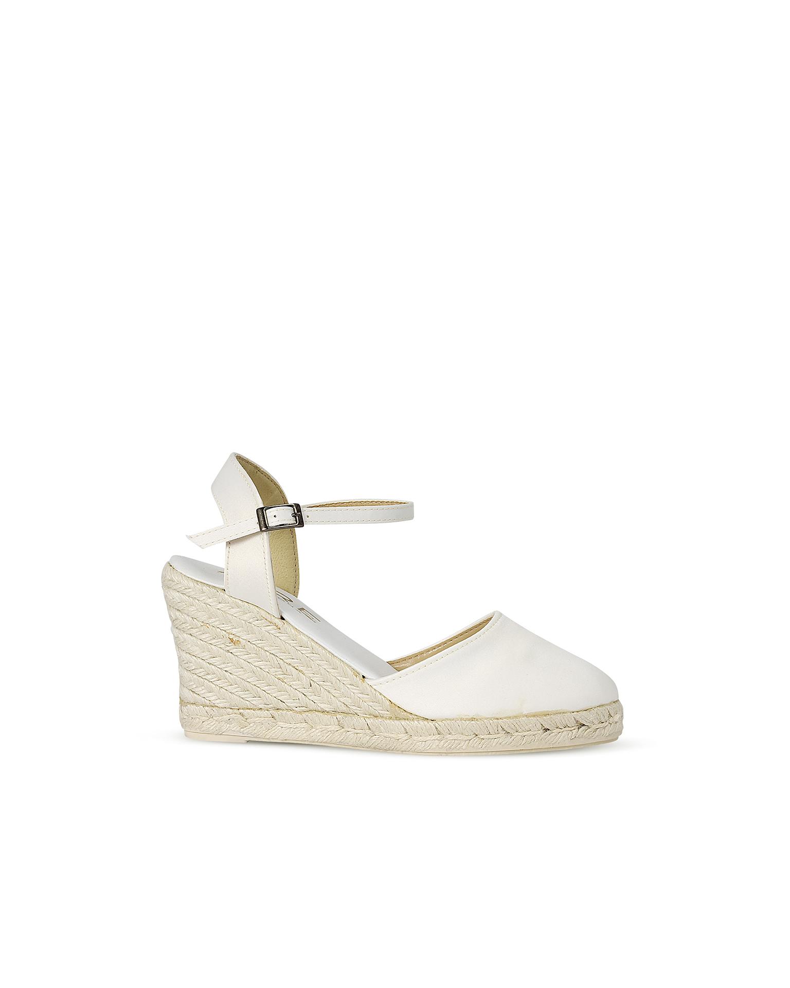 Sapato cunha noiva de cetim e sola de esparto, com salto de 85 mm, em cor natural. Coleção AIRE BARCELONA 2018.
