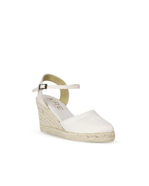 Pantofi platformă din satin cu talpă esparto și toc de 85 mm, de culoare ecru. Colecția AIRE BARCELONA 2018.