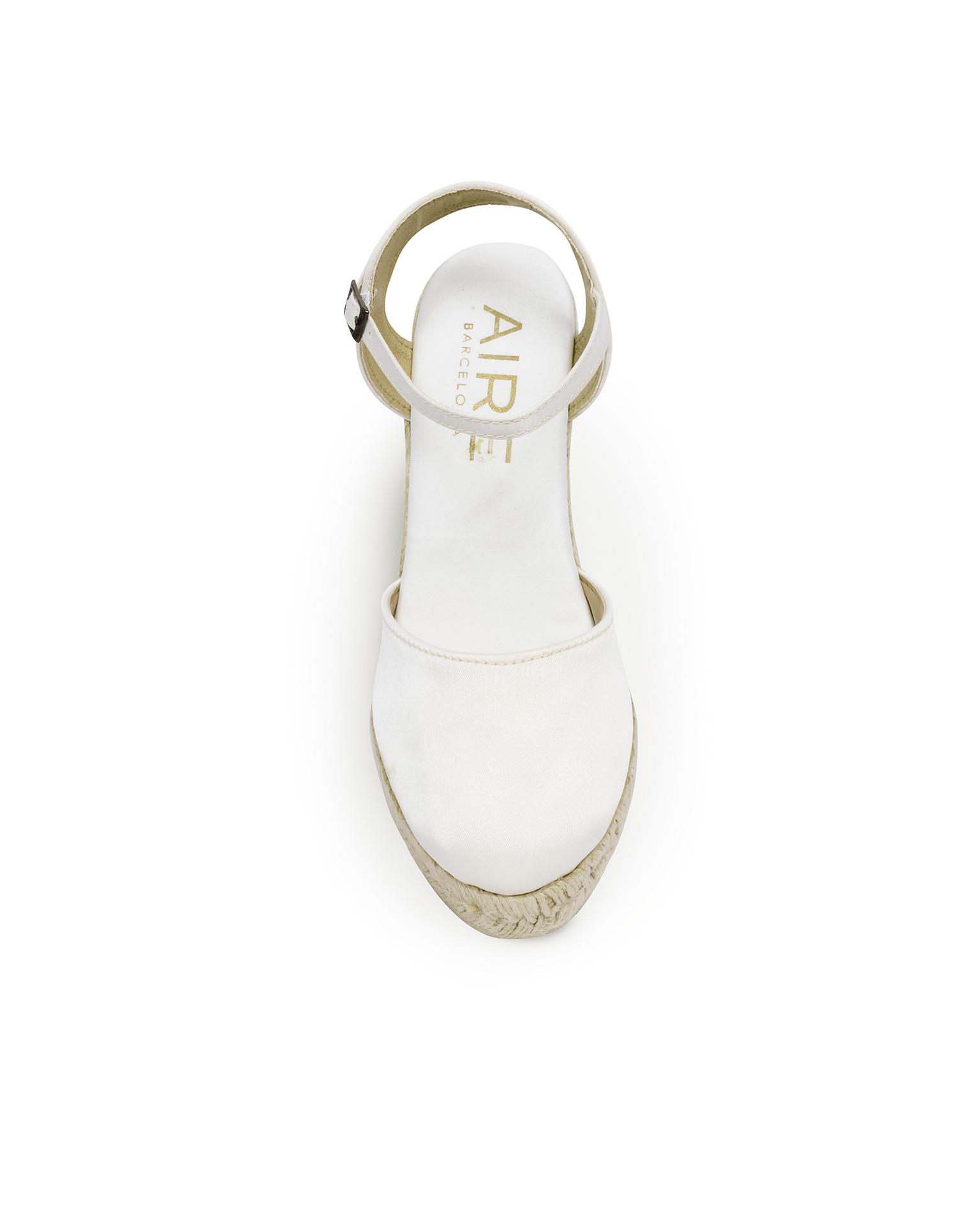 .2018 مجموعة فساتين AIRE BARCELONA حذاء زفاف من الساتين مع نعل من الليف وكعب 85 مم على شكل إسفين، باللون الطبيعي.