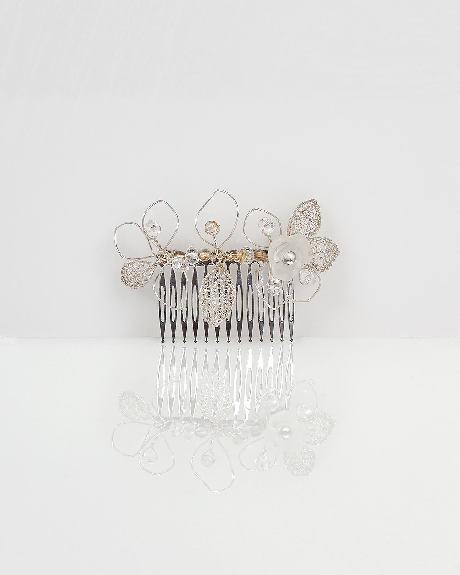 Pettinino gioiello Lia di foglie in filo d'argento e cristallo. Colore argento. Collezione AIRE BARCELONA 2018.