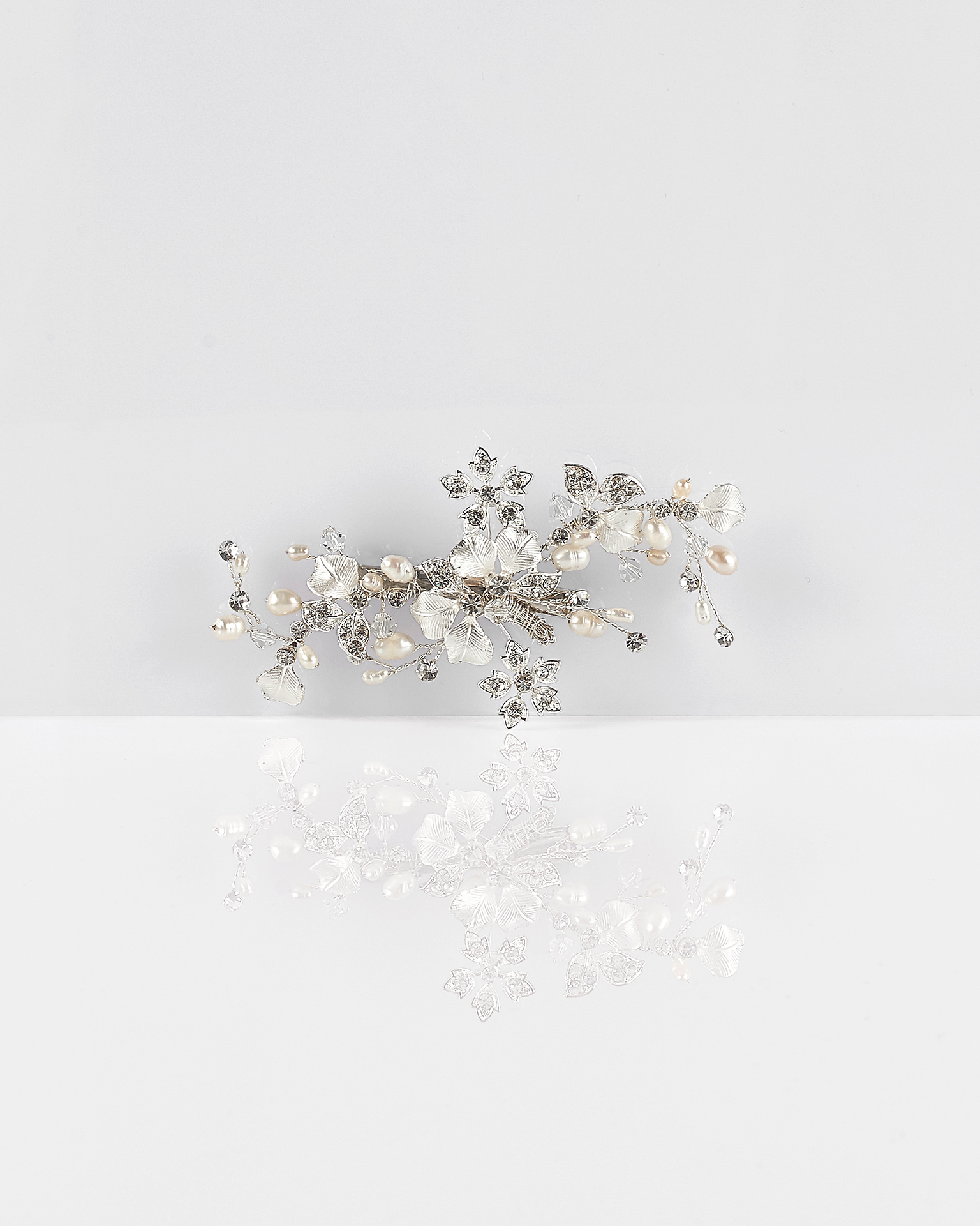 Flower, crystal and pearl mantilla comb, in silver. 2018  Collection.