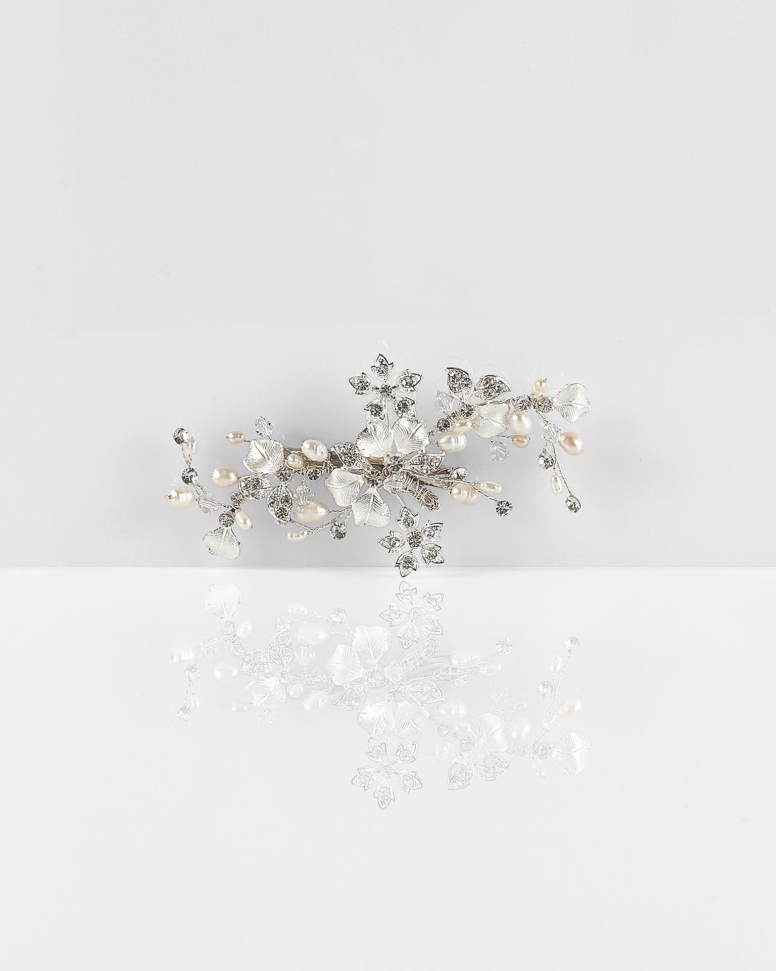 Pieptăn pentru voal tip mantilla din flori, cristale și perle, de culoare argintie. Colecția  2018.