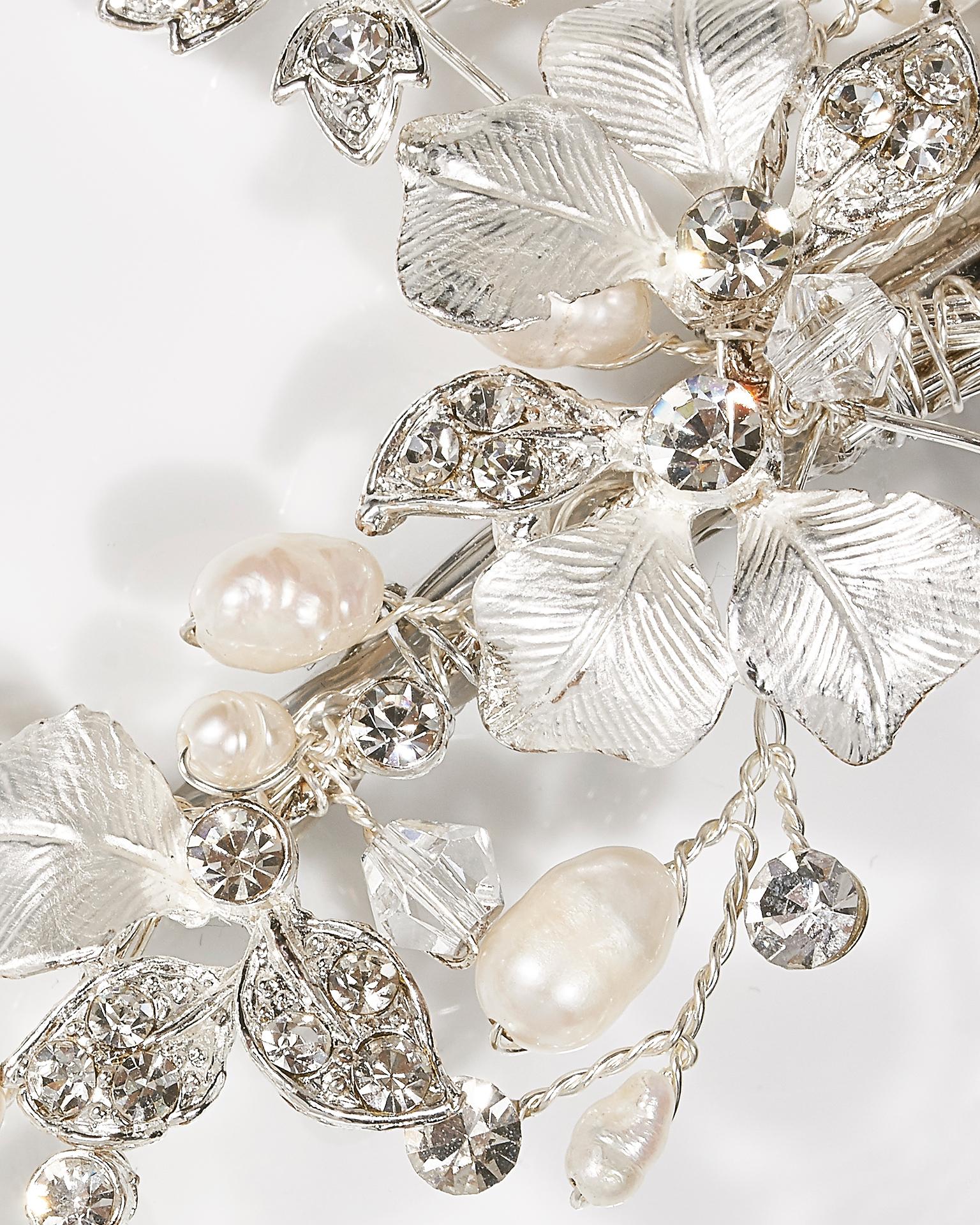 Zierkamm mit Blüten, Kristallen und Perlen, silberfarben. Kollektion  2018.