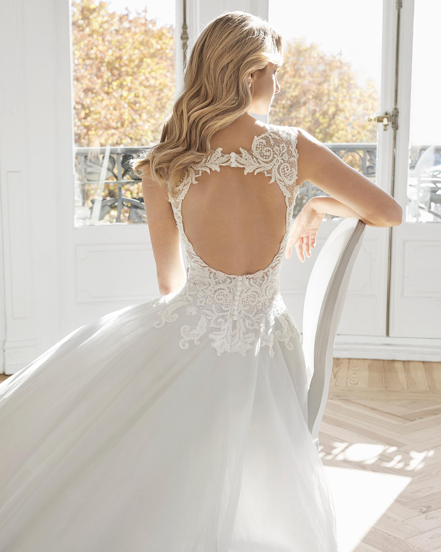 Vestido de novia estilo princesa de encaje pedrería y tul royal. Escote corazón y espalda descubierta. Disponible en color hielo, ámbar y natural. Colección AIRE BARCELONA 2019.