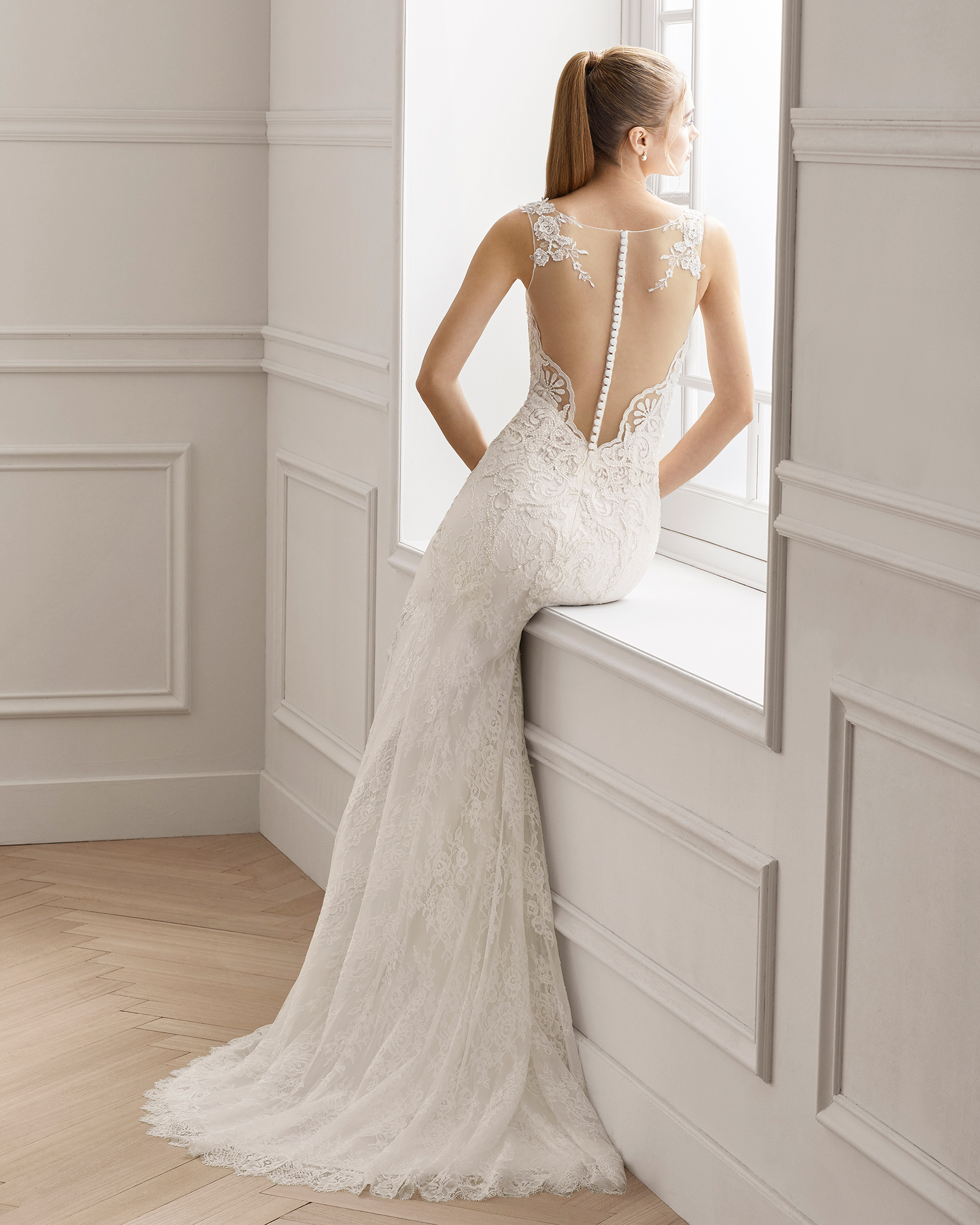 Vestido de novia corte recto en crepe y encaje pedrería. Escote deep-plunge y espalda ilusión. Disponible en color natural. Colección AIRE BARCELONA 2019.