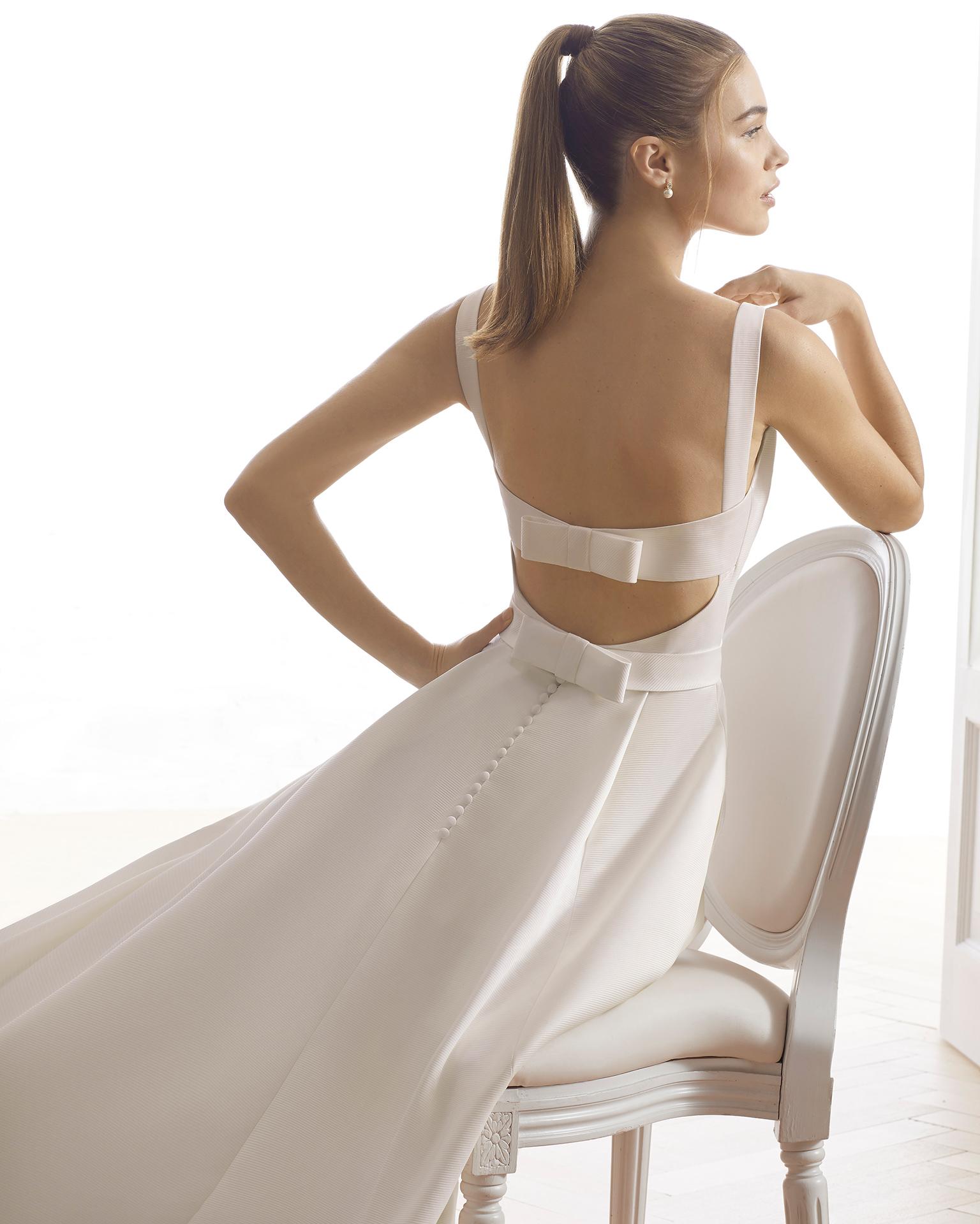 Robe de mariée style trapèze en ottoman. Col bateau et dos nu. Disponible en couleur naturelle. Collection AIRE BARCELONA 2019.
