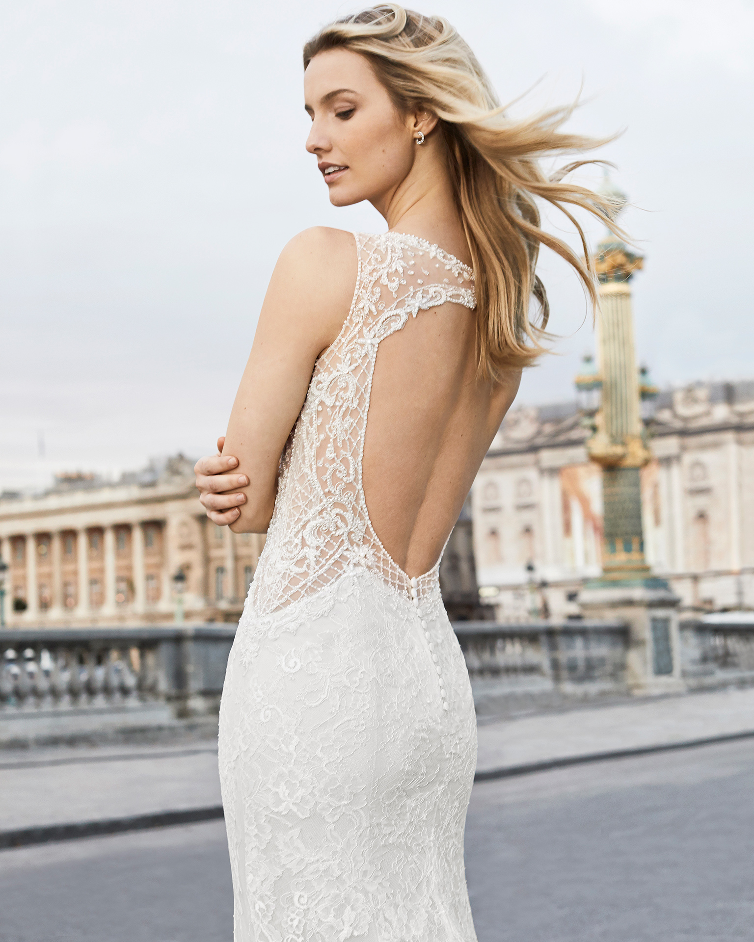 Robe de mariée coupe sirène en dentelle et pierreries. Col en V et dos nu. Disponible en couleur naturelle/champagne et naturelle. Collection AIRE BARCELONA 2019.