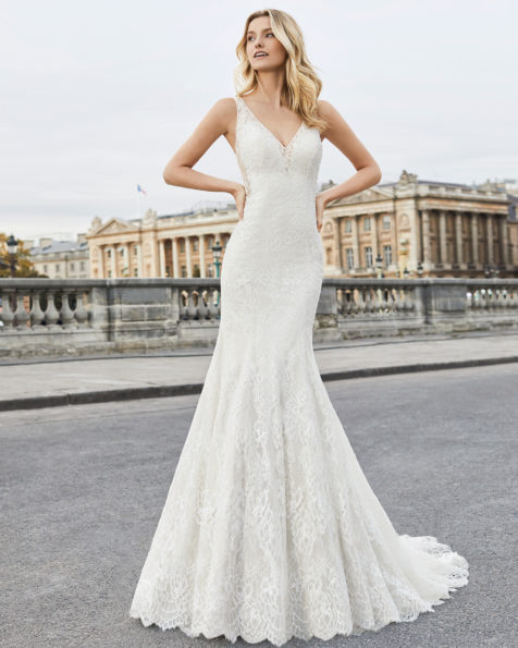 Mermaid-style wedding dress in beaded lace. V-neckline and open back. Available in natural/champagne and natural. 2019 AIRE BARCELONA Collection.
