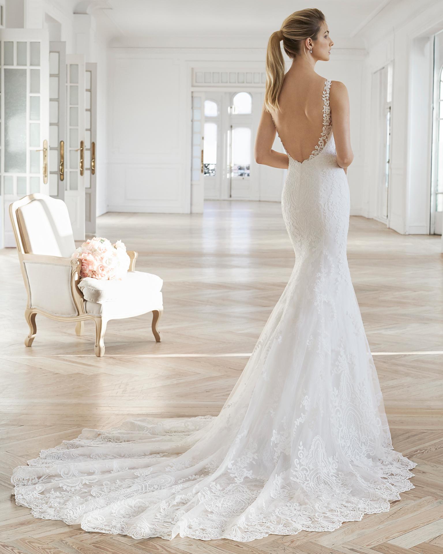 Robe de mariée coupe sirène en dentelle. Col en V et décolleté dans le dos. Disponible en couleur naturelle. Collection AIRE BARCELONA 2019.