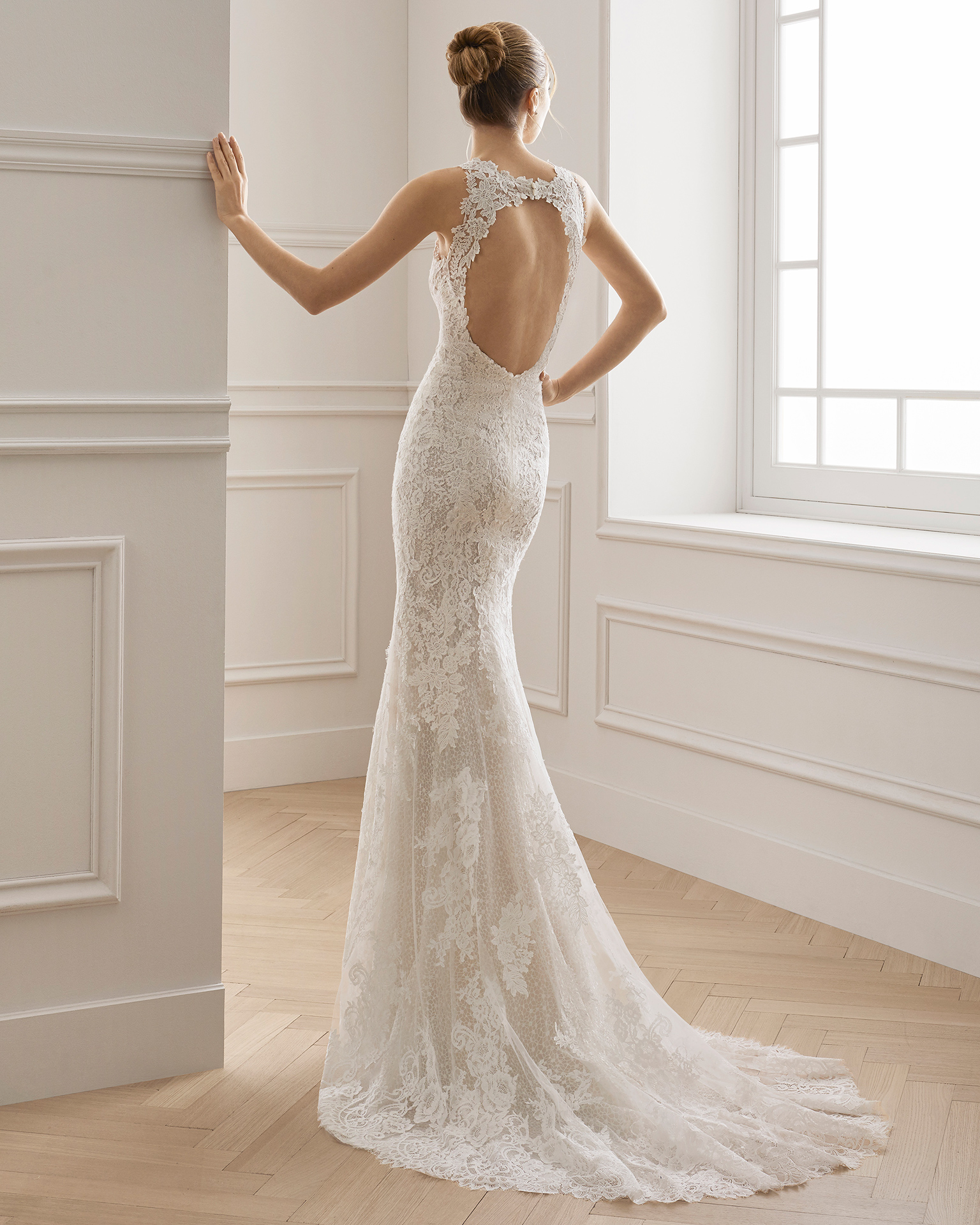 Mermaid-style lace wedding dress. Halter neckline and open back with front slit. Available in natural/nude. 2019 AIRE BARCELONA Collection.