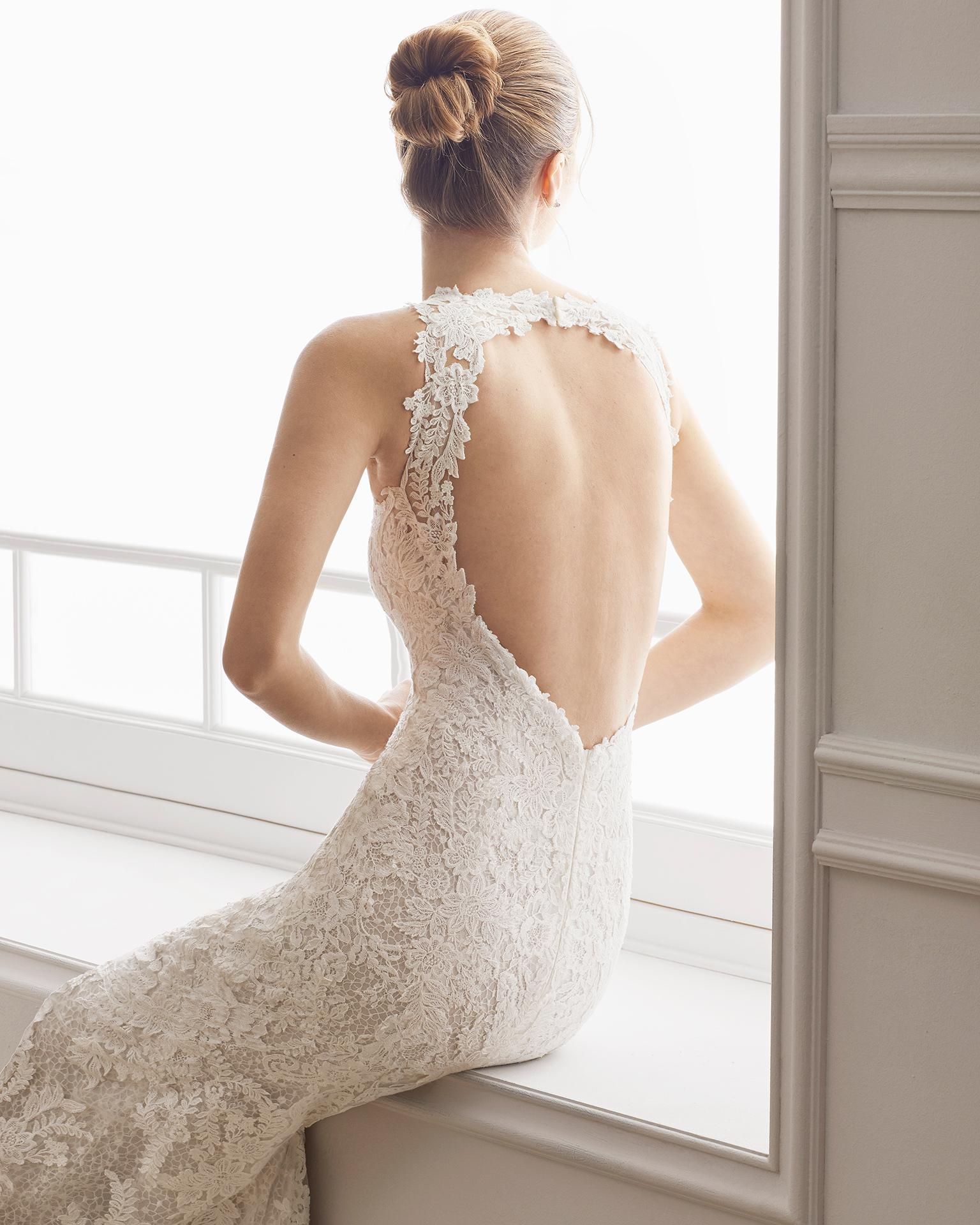 Robe de mariée coupe sirène en dentelle. Col halter et dos nu avec ouverture devant. Disponible en couleur naturelle/nude. Collection AIRE BARCELONA 2019.