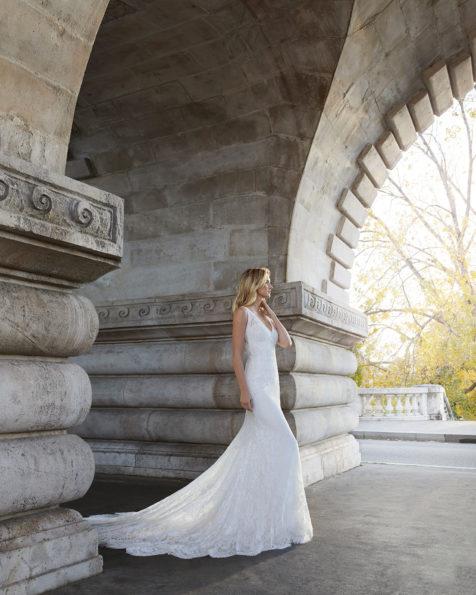 珠饰蕾丝修身新娘婚纱。V领露背设计。 有米白色可选。 AIRE BARCELONA 新品系列 2019.