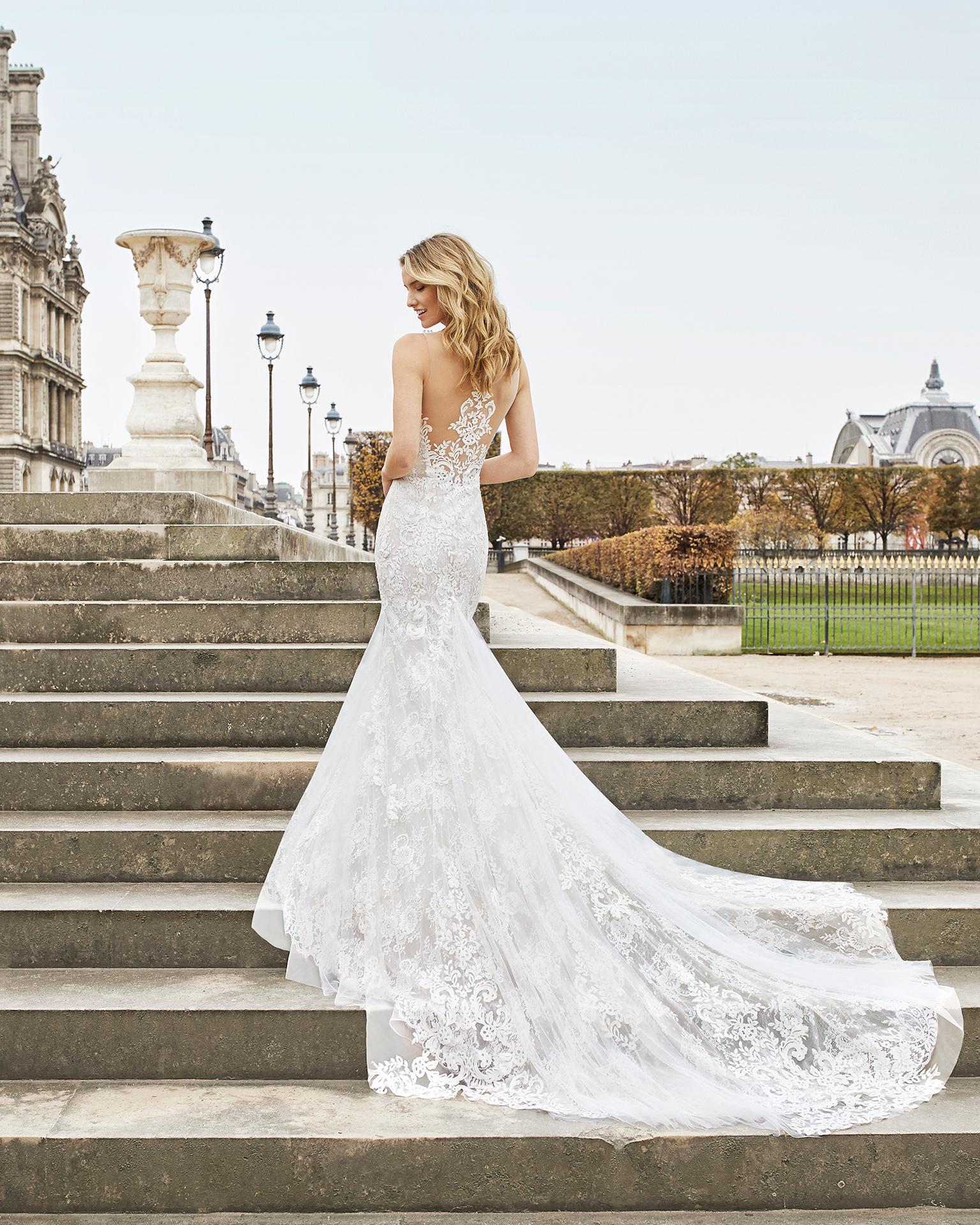 Vestido de noiva corte sereia de renda. Decote ilusão com costas de renda e transparências. Disponível em cor natural/nude. Coleção AIRE BARCELONA 2019.