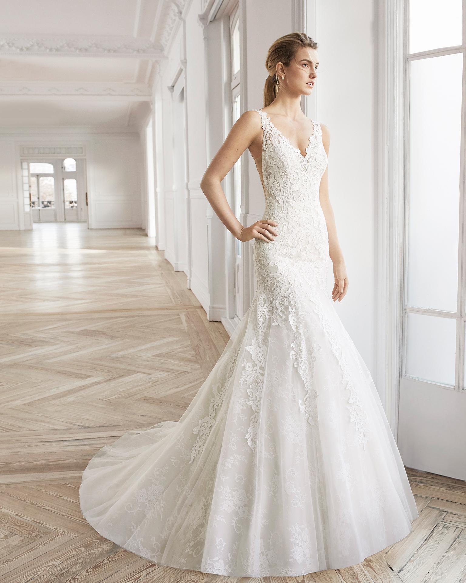 Vestido de noiva corte sereia de renda e tule. Decote em V e costas em V. Disponível em cor natural/nude e cor natural. Coleção AIRE BARCELONA 2019.