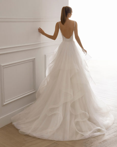 Princess-style wedding dress in beaded lace with tulle flounces. V-neckline and low back. Available in natural. 2019 AIRE BARCELONA Collection.