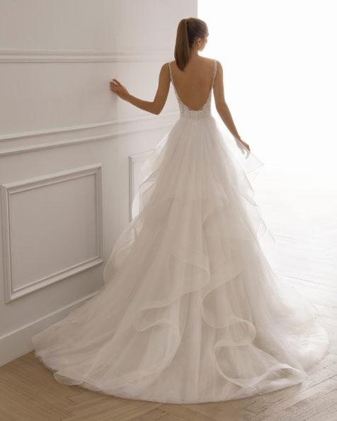 Princess-Brautkleid aus strassbesetzter Spitze mit Tüllvolants. V-Ausschnitt und tief ausgeschnittener Rücken. Erhältlich in Naturweiß. Kollektion AIRE BARCELONA 2019.