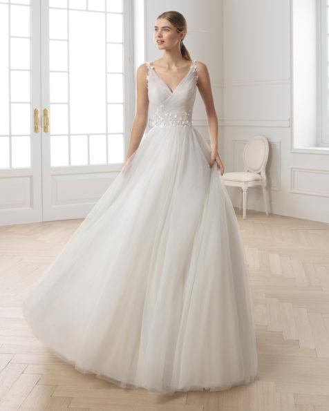 公主范珠饰薄纱新娘婚纱。抹胸领口设计。 有淡白蓝色、琥珀色和米白色可选。 AIRE BARCELONA 新品系列 2019.