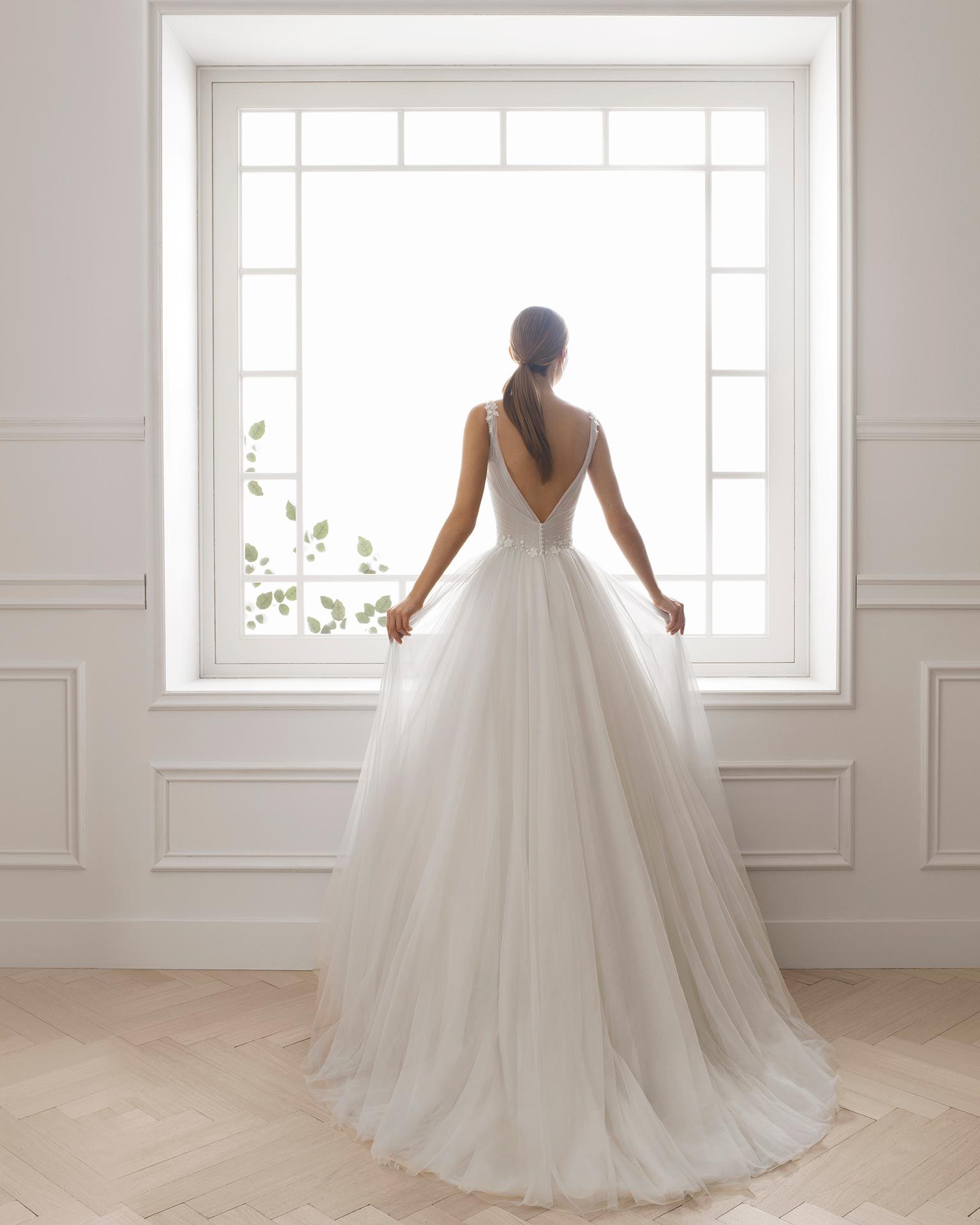 Robe de mariée style princesse en tulle et pierreries. Bustier. Disponible en couleur blanche légèrement grisâtre, ambre et naturelle. Collection AIRE BARCELONA 2019.