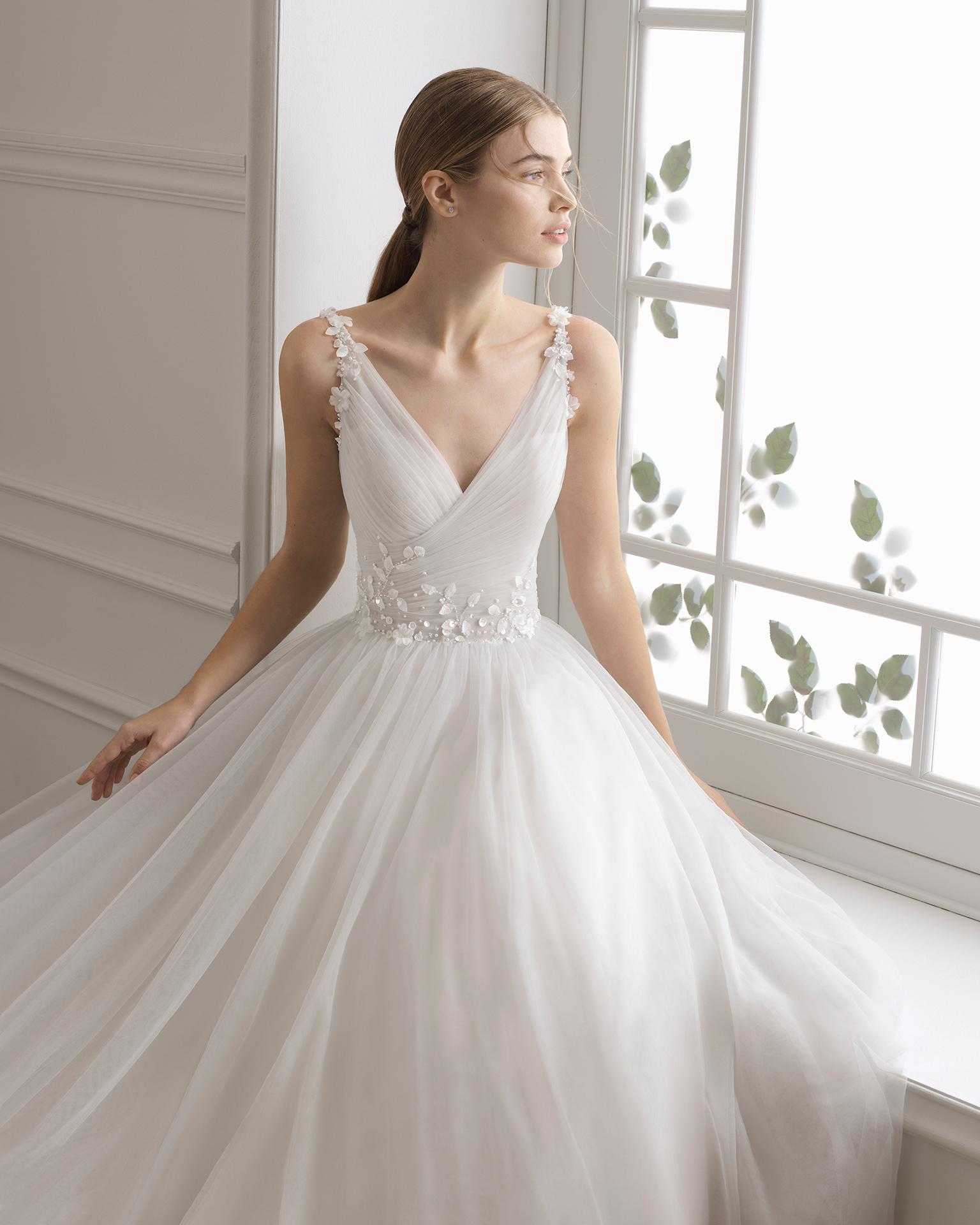 Vestido de noiva estilo princesa de tule e brilhantes. Decote caicai. Disponível em azul-gelo, âmbar e cor natural. Coleção AIRE BARCELONA 2019.