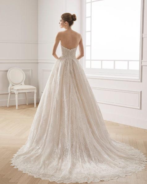 珠饰蕾丝A字裙新娘婚纱。抹胸领口设计。 有米白色/裸色可选。 AIRE BARCELONA 新品系列 2019.