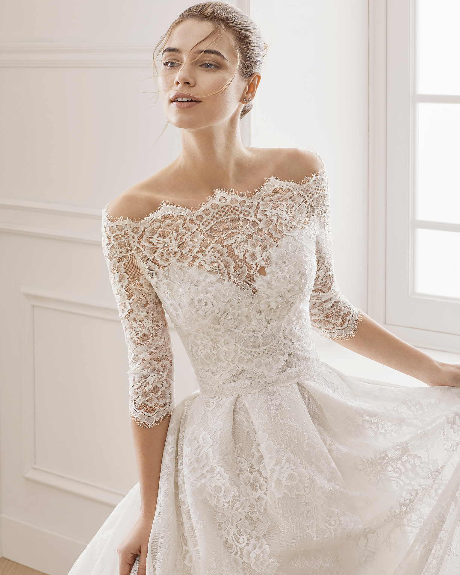 Robe de mariée style trapèze en dentelle et pierreries. Bustier. Disponible en couleur naturelle/nude. Collection AIRE BARCELONA 2019.