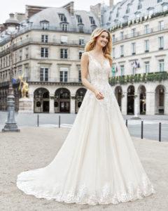 b50395e21d07 Scollo a V e schiena Abito da sposa stile principessa di pizzo e tulle  royal. Scollo a V e schiena