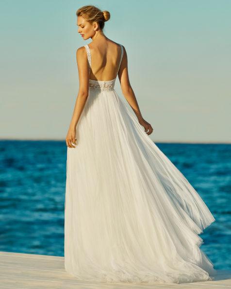 A-Linien-Brautkleid aus weichem Tüll und strassbesetzter Spitze. V-Ausschnitt und tief ausgeschnittener Rücken. Erhältlich in Naturweiß. Kollektion AIRE BEACH WEDDING 2019.