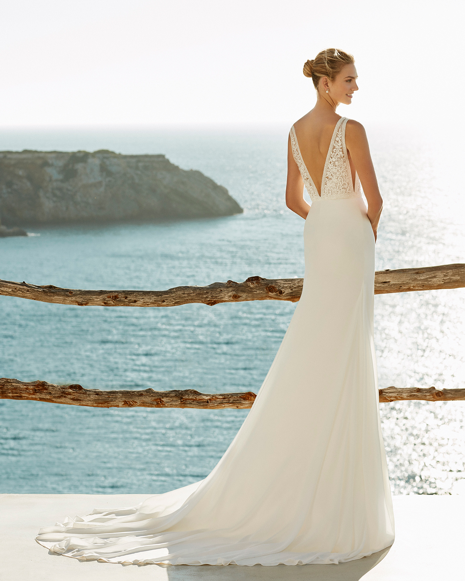 Vestido de novia corte recto en gasa y encaje pedrería. Escote profundo y espalda escotada. Disponible en color natural. Colección AIRE BEACH WEDDING 2019.