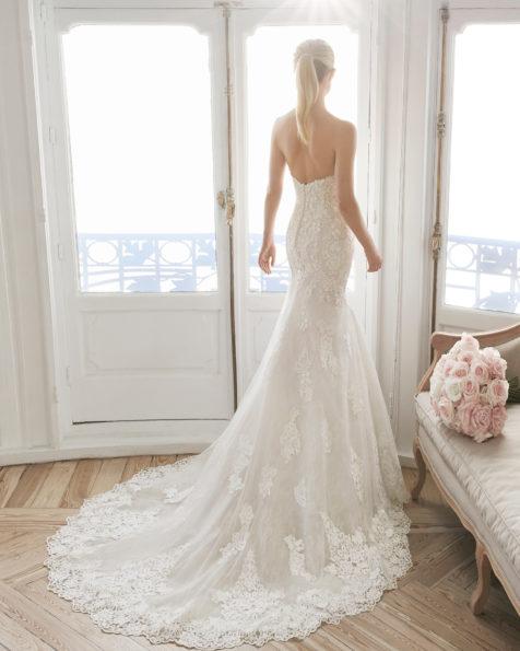 美人鱼款珠饰蕾丝新娘婚纱。抹胸领口设计。 有米白色/裸色和米白色可选。 AIRE BARCELONA 新品系列 2019.