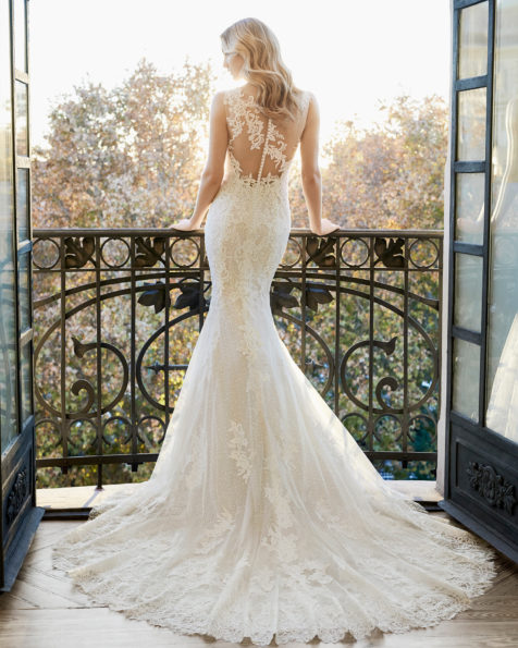 Mermaid-style lace wedding dress. Sweetheart neckline and lace back. Available in natural/nude and natural. 2019 AIRE BARCELONA Collection.