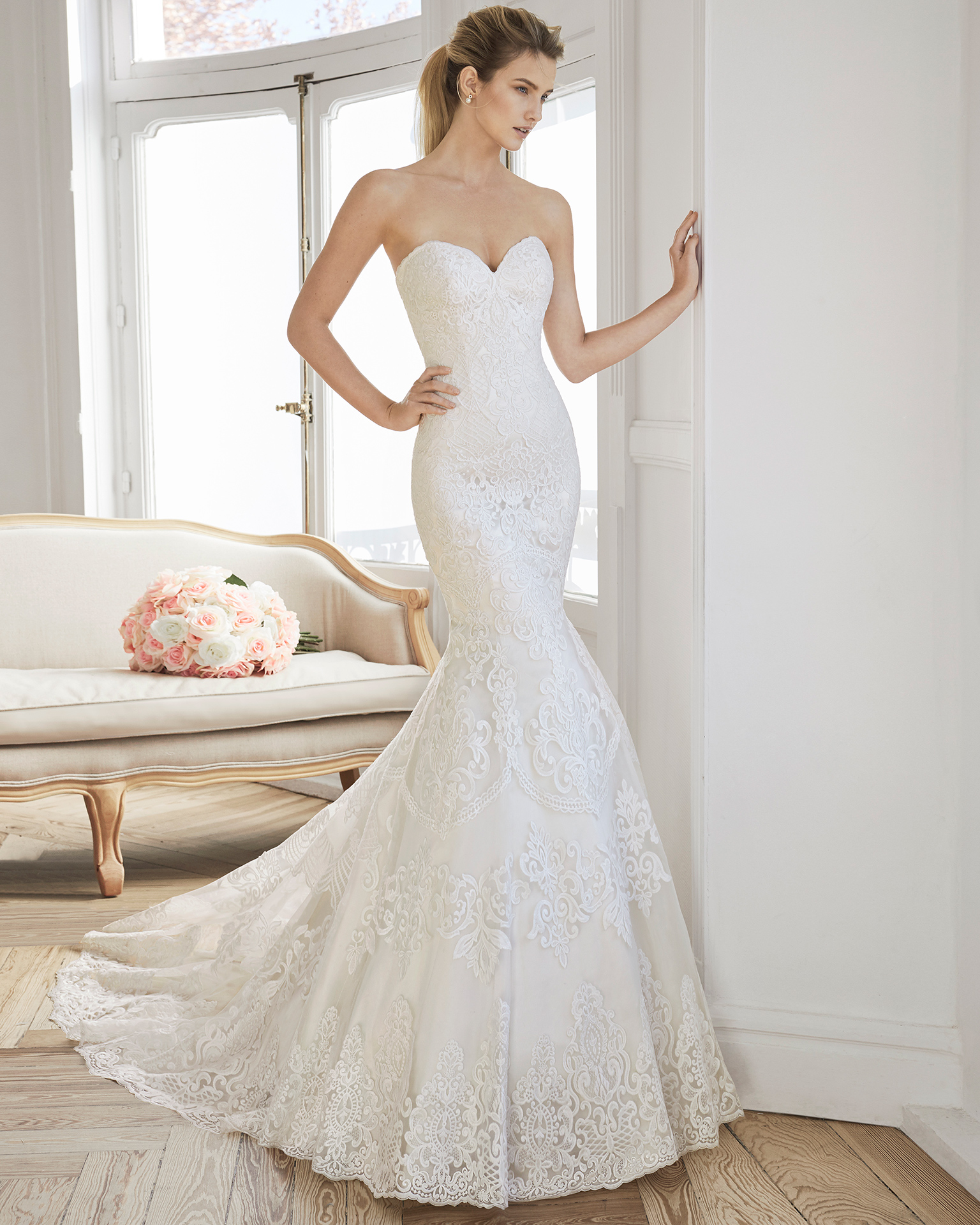 Mermaid-style lace wedding dress. Strapless neckline and V-back. Available in ivory and natural/champagne. 2019 AIRE BARCELONA Collection.