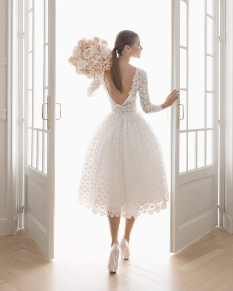 短款蕾丝新娘礼服。 一字领长袖低背设计。 有米白色可选。 AIRE BARCELONA 新品系列 2019.