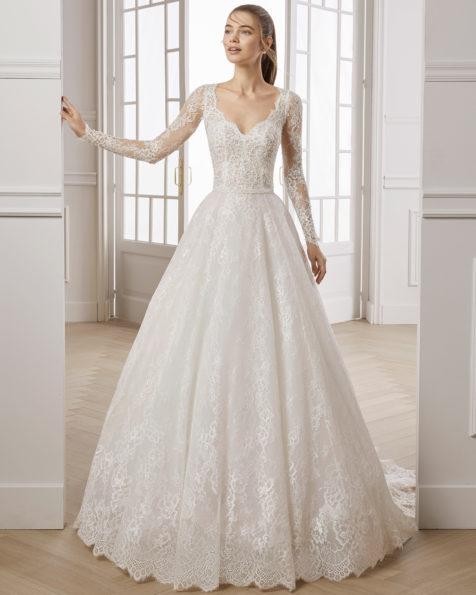 珠饰蕾丝A字裙新娘婚纱。V领长袖配后背设计。有米白色可选。 AIRE BARCELONA 新品系列 2019.