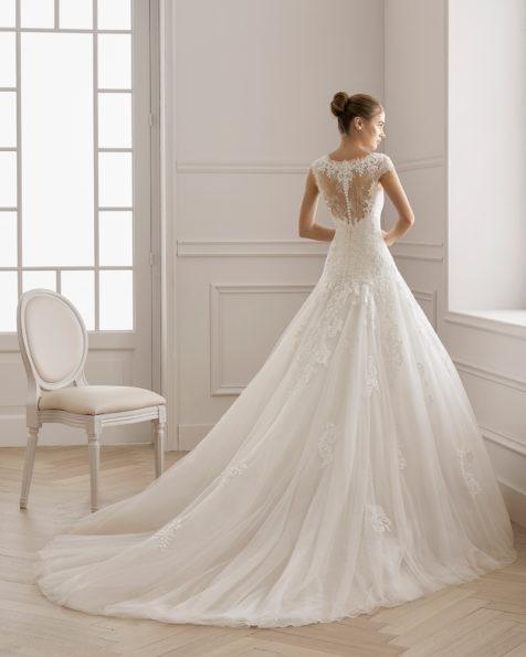 Robe de mariée style romantique en dentelle avec pierreries et tulle. Col en V et dos en dentelle. Disponible en couleur naturelle. Collection AIRE BARCELONA 2019.