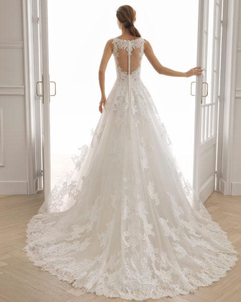 Robe de mariée style romantique en dentelle avec pierreries et tulle. Col en V et dos en dentelle et transparences. Disponible en couleur naturelle. Collection AIRE BARCELONA 2019.