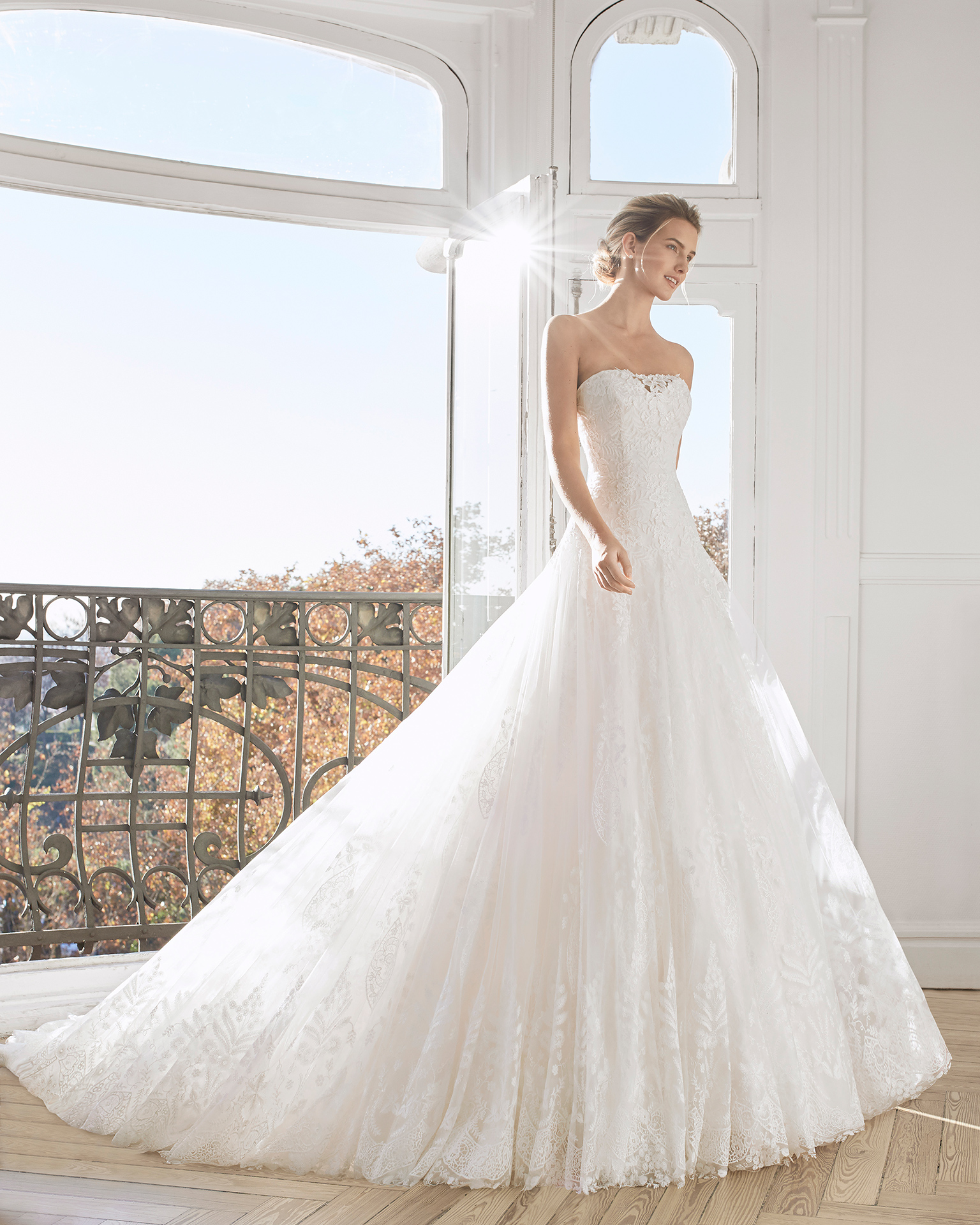 Romantic lace and tulle wedding dress. Strapless neckline. Available in natural/champange and natural. 2019 AIRE BARCELONA Collection.