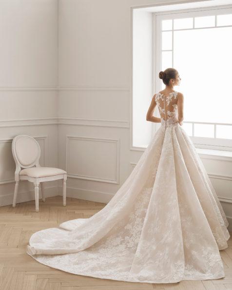 公主范蕾丝新娘婚纱。 V领蕾丝后背配拖地长裙。 有米白色/裸色和米白色可选。 AIRE BARCELONA 新品系列 2019.