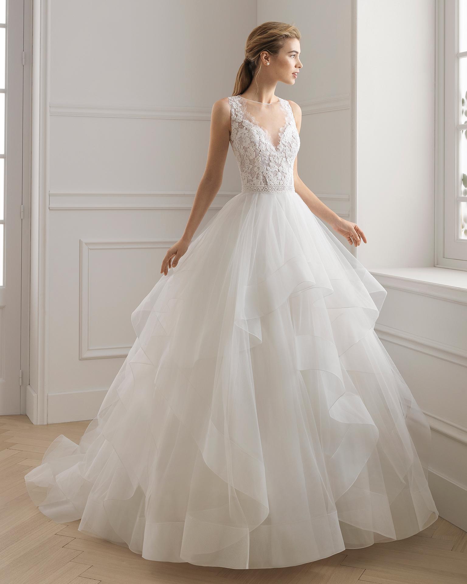 572e494fbf86 Abito da sposa stile principessa di pizzo con strass e volant di tulle.  Scollo a