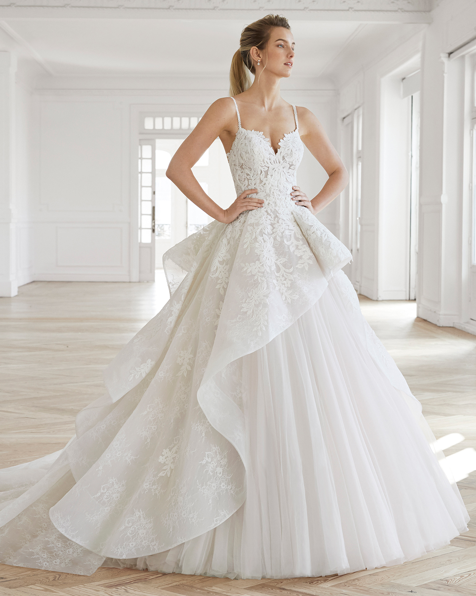 Princess-style beaded lace and tulle wedding dress. Sweetheart neckline and full skirt. Available in natural/rose and natural. 2019 AIRE BARCELONA Collection.