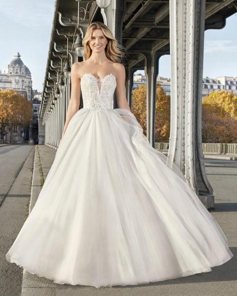 公主范蕾丝皇家薄纱新娘婚纱。 抹胸领口设计。 有淡白蓝色、琥珀色和米白色可选。 AIRE BARCELONA 新品系列 2019.