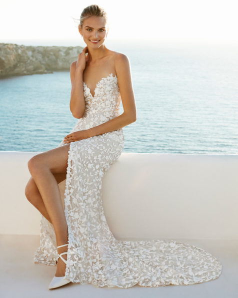 Mermaid-style wedding dress in guipure. With a sweetheart neckline, low back and front slit. Available in natural. 2019 AIRE BEACH WEDDING Collection.