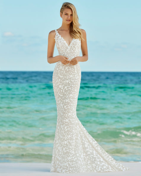 Vestido de novia corte sirena en guipur. Escote en V y espalda en V. Disponible en color natural. Colección AIRE BEACH WEDDING 2019.