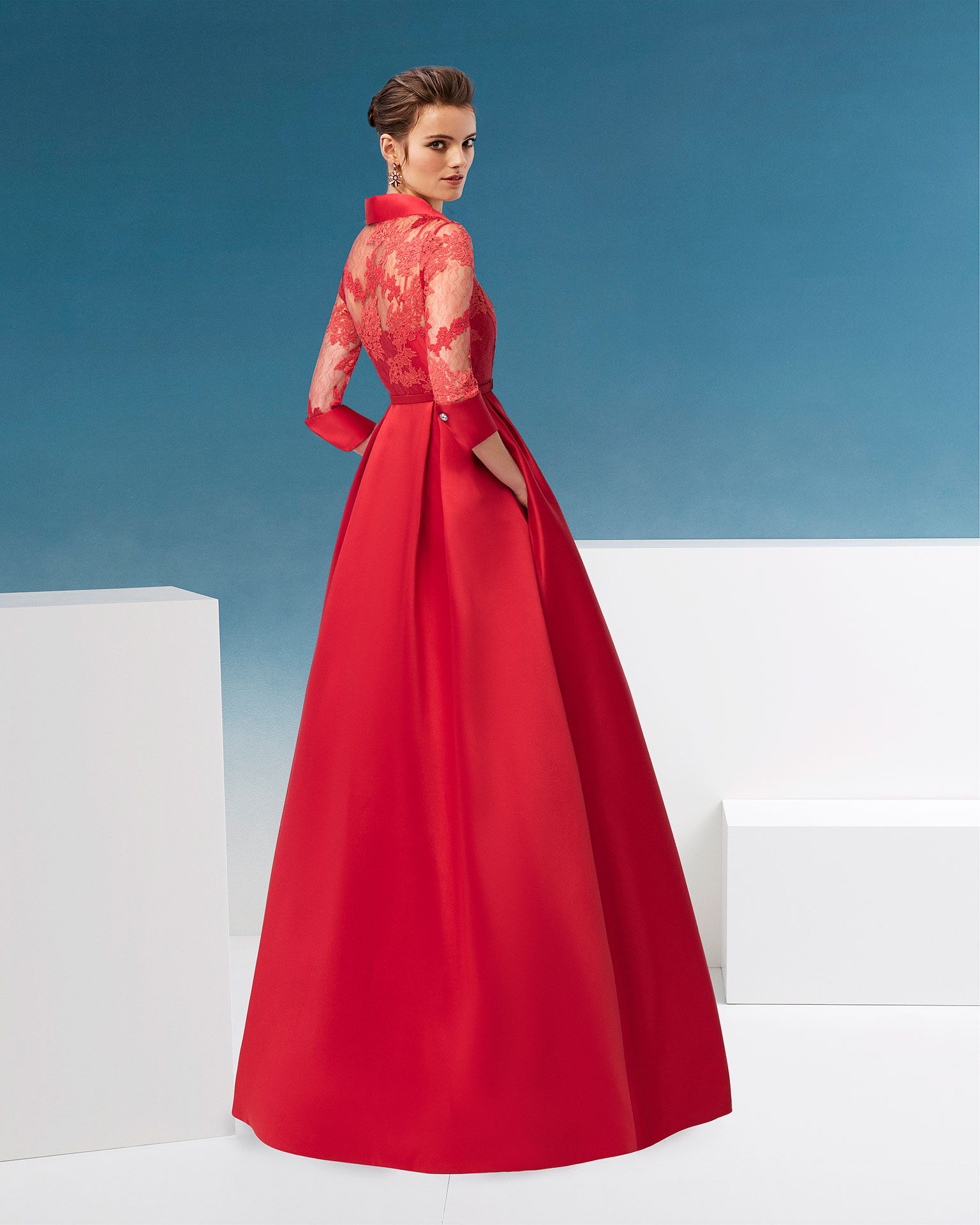 Short beaded satin and lace cocktail dress with button      collar, three-quarter sleeves and slit front. Available in  red and cobalt. 2019 AIRE_BARCELONA_FIESTA Collection.
