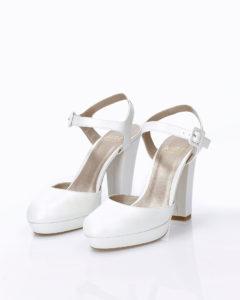 1630e105d82 Zapato de novia en piel. Con tacón alto y talón descubierto.